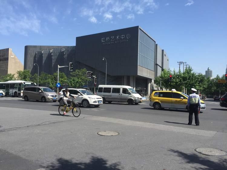 仙霞路遵义路过马路的方式不一样,行人可以斜着走!