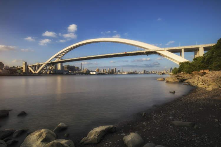 五里桥滨江沿岸飘起