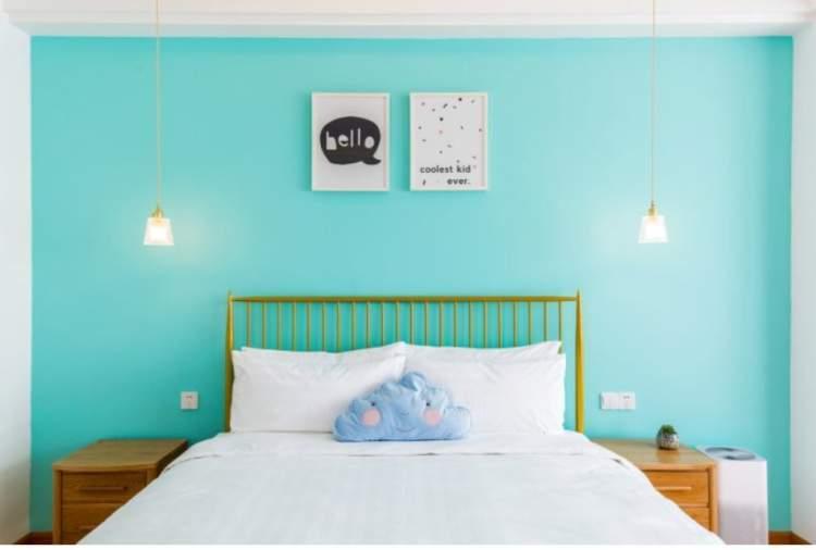 蒂芙尼蓝的背景墙,柔软可爱的蓝色云朵抱枕,各种小清新的装饰物,让你