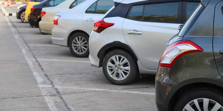 车子停在小区里被堵了怎么办?男子一怒之下接连撞开三辆线上配资