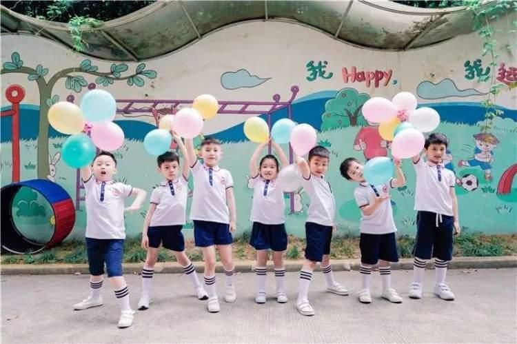 丰富的色彩也是幼儿园毕业照的特色之一.